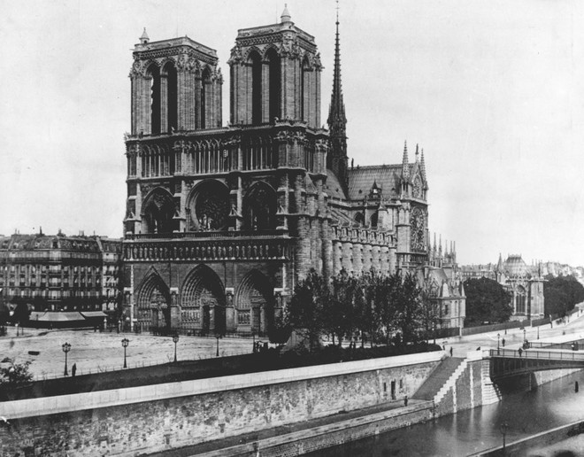 Lá cờ Mặt trận Dân tộc Giải phóng miền Nam Việt Nam từng tung bay trên tháp Nhà thờ Đức Bà Paris - Ảnh 1.
