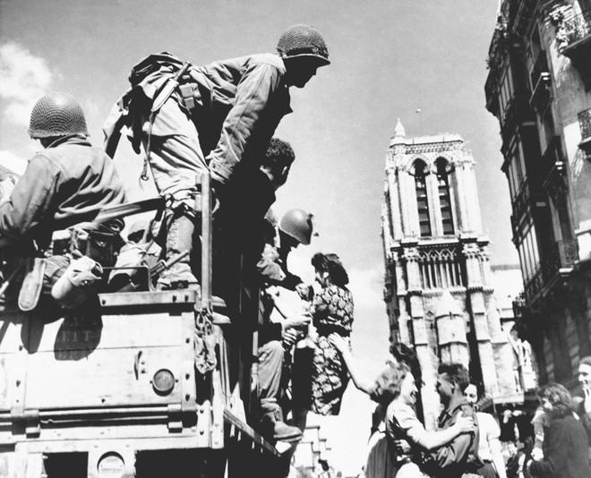 Lá cờ Mặt trận Dân tộc Giải phóng miền Nam Việt Nam từng tung bay trên tháp Nhà thờ Đức Bà Paris - Ảnh 2.
