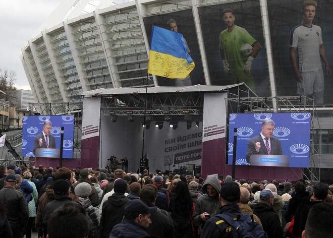 Tình cảnh rất báo động đối với ông Poroshenko: Gần như không còn cửa thắng trước danh hài? - Ảnh 1.