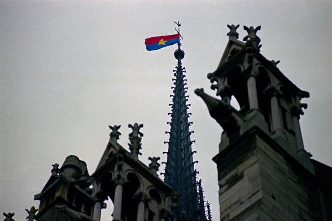 Lá cờ Mặt trận Dân tộc Giải phóng miền Nam Việt Nam từng tung bay trên tháp Nhà thờ Đức Bà Paris - Ảnh 4.