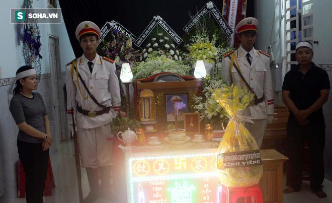 Nước mắt người vợ trẻ ở đám tang Đại úy CSGT bị chèn ngã: Tôi nói dối con là ba đang ngủ - Ảnh 2.