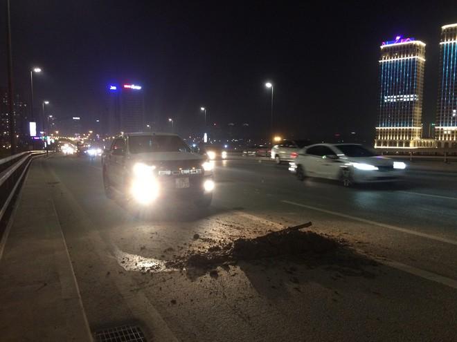 Bùn đất rơi vãi hơn 5km dọc cầu Nhật Tân, nhiều phương tiện hư hỏng - Ảnh 2.