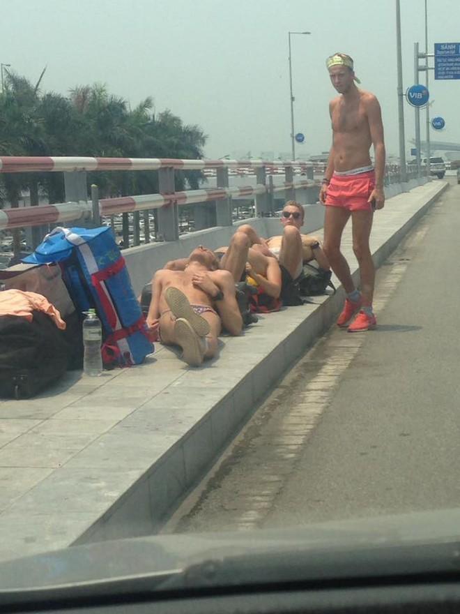 Nằm tắm nắng 40 độ ở sảnh sân bay Nội Bài, nhóm Tây ba lô gây tranh cãi trên MXH - Ảnh 3.