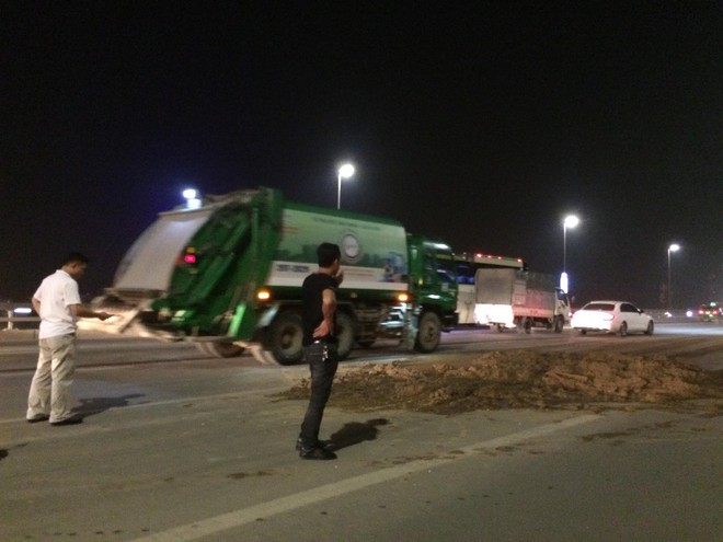 Bùn đất rơi vãi hơn 5km dọc cầu Nhật Tân, nhiều phương tiện hư hỏng - Ảnh 4.