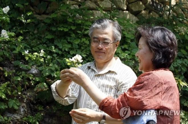 Chuyện tình chông gai của Tổng thống Hàn Quốc và nữ ca sĩ quyết từ bỏ showbiz vì chồng - Ảnh 9.