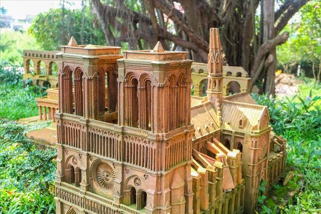 Chiêm ngưỡng nhà thờ Đức Bà Paris phiên bản gốm ở phố Hội - Ảnh 4.