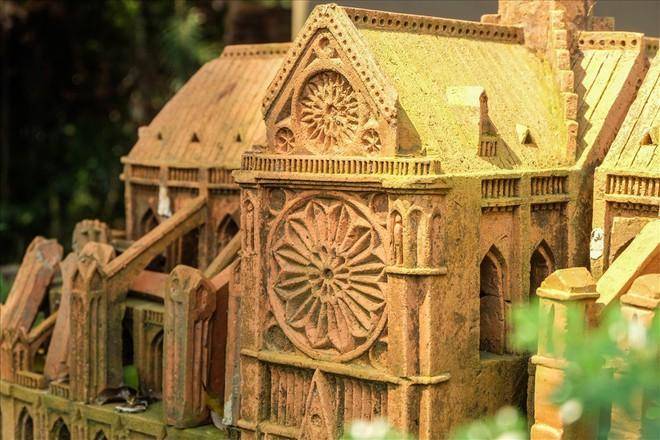 Chiêm ngưỡng nhà thờ Đức Bà Paris phiên bản gốm ở phố Hội - Ảnh 10.