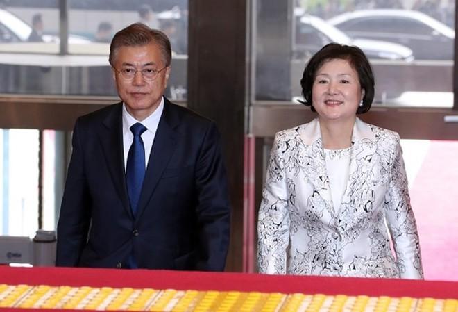 Chuyện tình chông gai của Tổng thống Hàn Quốc và nữ ca sĩ quyết từ bỏ showbiz vì chồng - Ảnh 1.