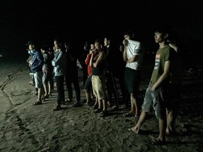 Thi thể 2 nữ giới buộc chặt vào nhau trôi dạt trên bờ biển lúc hoàng hôn - Ảnh 2.