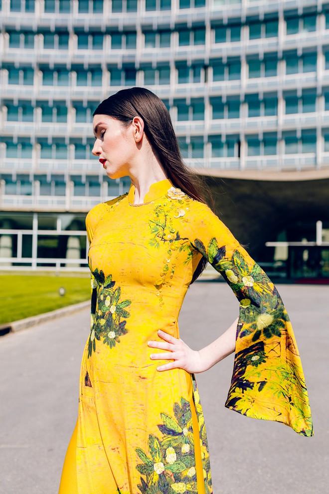 Dàn mẫu Pháp xinh đẹp, duyên dáng khi diện áo dài của NTK người Việt - Ảnh 4.