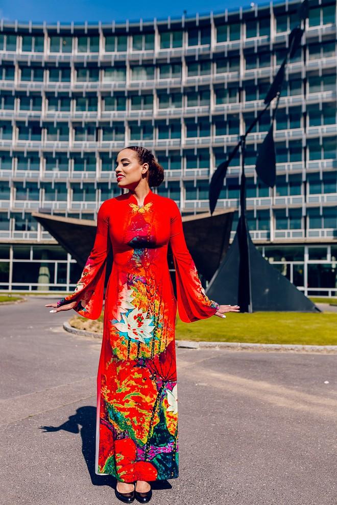 Dàn mẫu Pháp xinh đẹp, duyên dáng khi diện áo dài của NTK người Việt - Ảnh 6.
