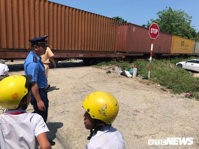 Ô tô bị tàu hỏa húc văng ở Quảng Nam, 3 người trọng thương - Ảnh 1.