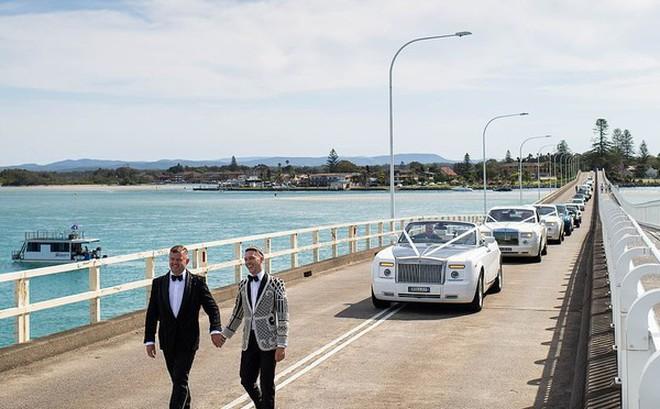 Choáng với 'siêu đám cưới' 23 tỷ toàn kim cương và pha lê của cặp đồng tính nam