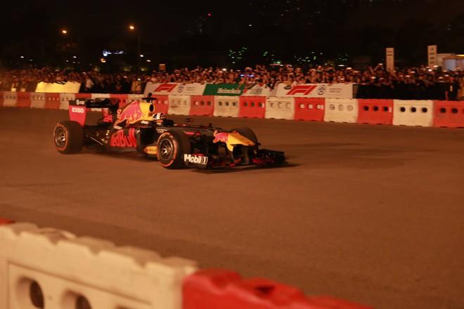Xe đua F1 lao qua như cơn gió trước khu vực sân vận động Mỹ Đình, ngàn người hò reo - Ảnh 4.