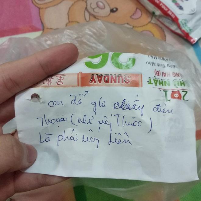 Mẩu giấy nhỏ trong túi thuốc mẹ gửi và câu chuyện khiến những đứa con xa nhà rơi nước mắt - Ảnh 1.