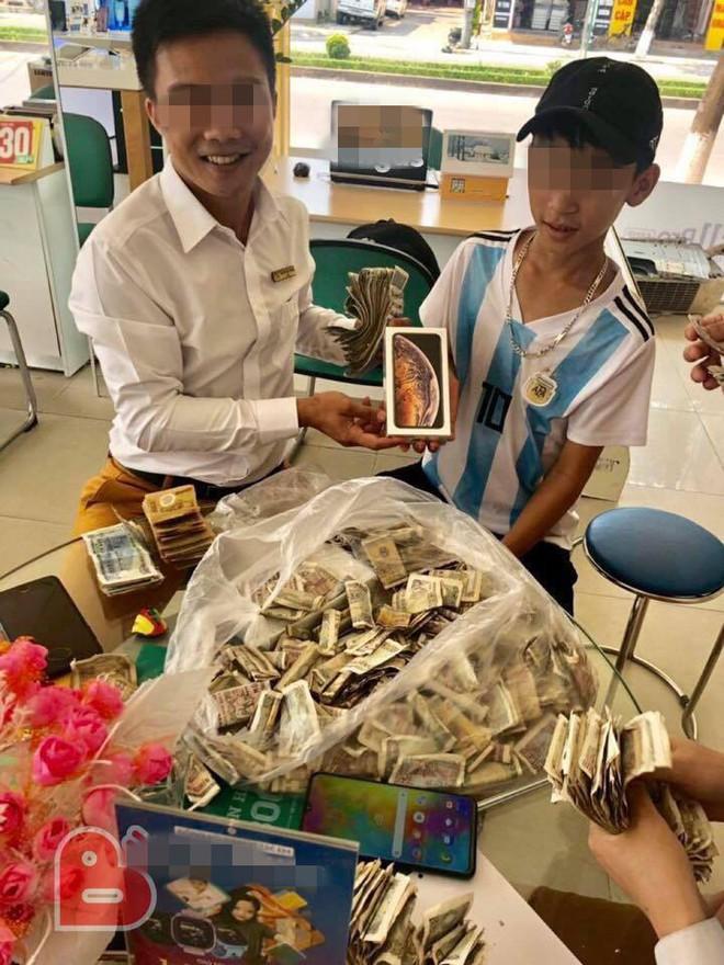 Cậu bé mang cả túi tiền lẻ để dành từ lớp 7 đi mua Iphone XS - câu chuyện hút nghìn like trên MXH - Ảnh 1.