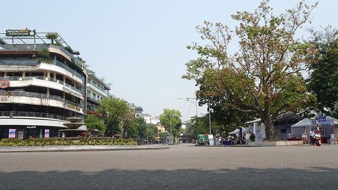 Nắng như đổ lửa, phố đi bộ Hồ Gươm vắng tanh ngày cuối tuần - Ảnh 1.