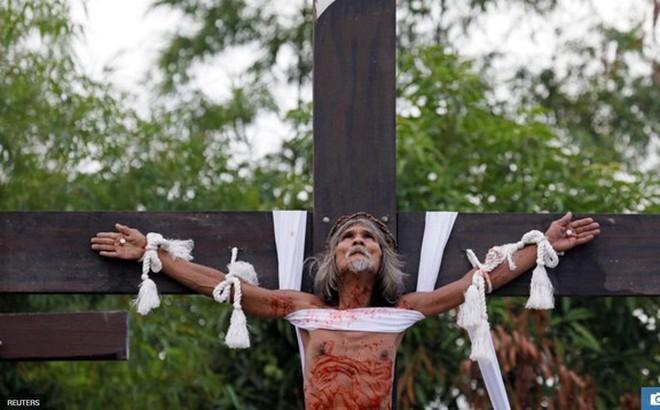 Nghi thức đóng đinh lên cây thánh giá của các tín đồ mộ đạo gây ám ảnh