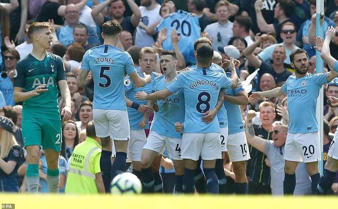 """Quật ngã Gà trống 2 lần trong 3 ngày, Man City xứng đáng là """"ông vua"""" Premier League"""