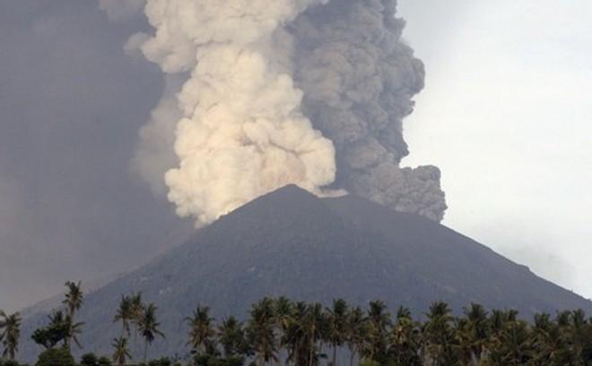 Núi lửa đảo Bali thức giấc, hàng nghìn mặt nạ phòng độc được phân phát