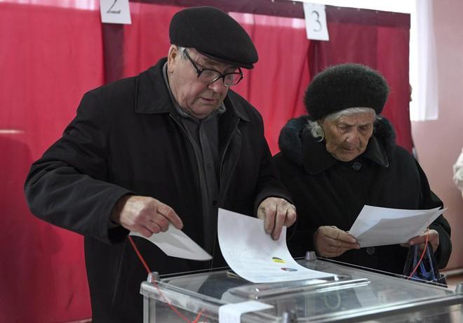 Bỏ phiếu cho lựa chọn đỡ tồi hơn, dân Ukraine rơi vào kỷ nguyên bất định dưới tay danh hài? - Ảnh 1.