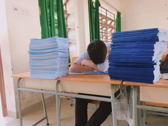 Hình ảnh chiếc đề cương dài 2-3m khiến nhiều học sinh choáng váng khiếp sợ mùa thi học kỳ trước mắt - Ảnh 2.
