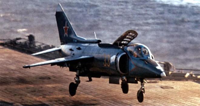 [ẢNH] Nhìn lại vụ tiêm kích hạm siêu độc đáo của Liên Xô rơi ngoài khơi Việt Nam - Ảnh 3.
