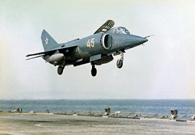 [ẢNH] Nhìn lại vụ tiêm kích hạm siêu độc đáo của Liên Xô rơi ngoài khơi Việt Nam - Ảnh 7.