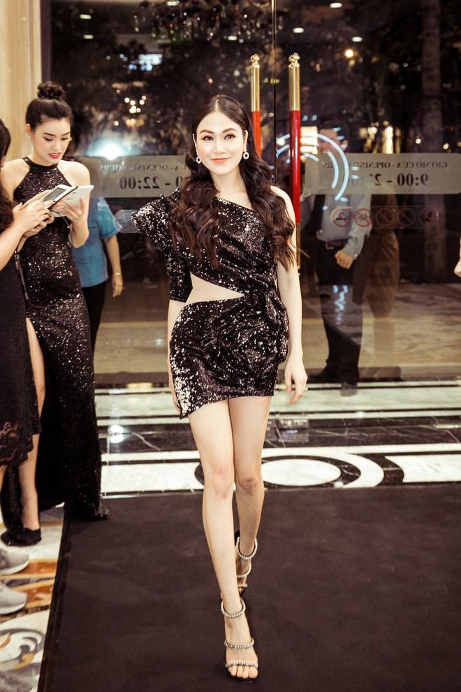 Hoa hậu Tuyết Nga đến sự kiện bằng xế hộp 12 tỷ, gây chú ý với đôi chân dài miên man - Ảnh 4.