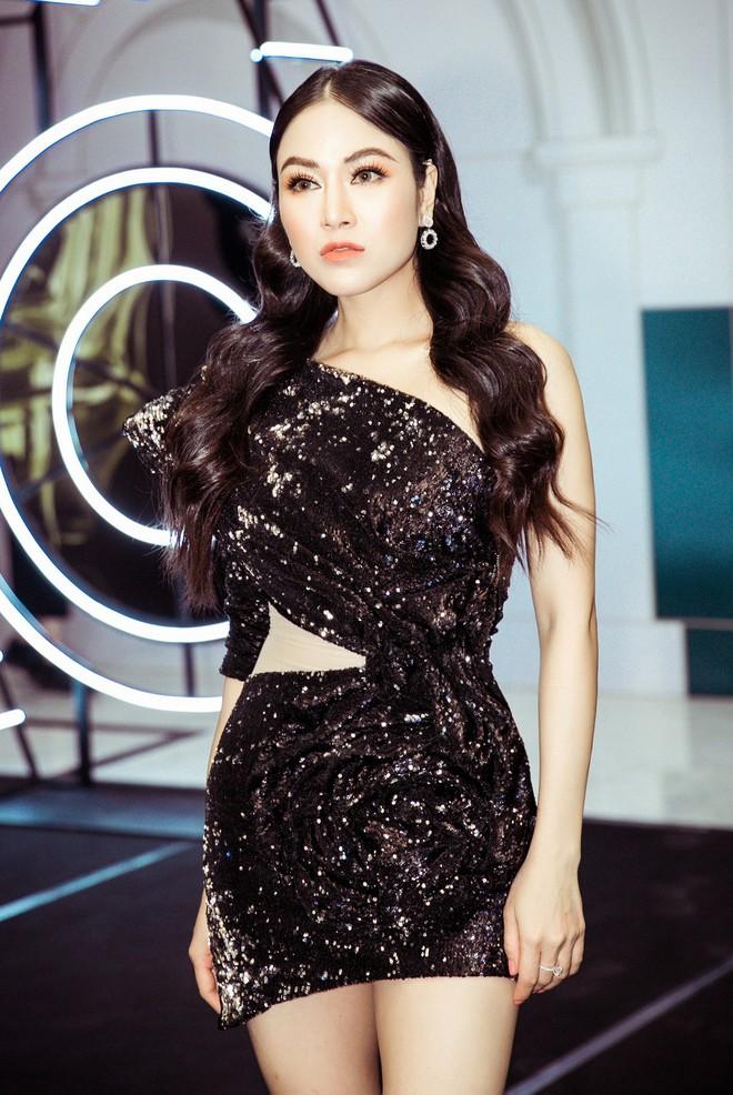 Hoa hậu Tuyết Nga đến sự kiện bằng xế hộp 12 tỷ, gây chú ý với đôi chân dài miên man - Ảnh 3.