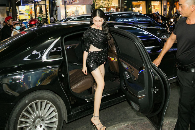 Hoa hậu Tuyết Nga đến sự kiện bằng xế hộp 12 tỷ, gây chú ý với đôi chân dài miên man - Ảnh 2.