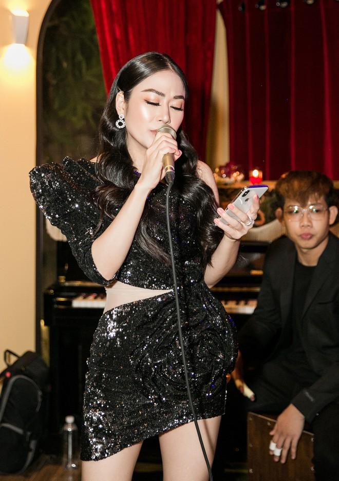 Hoa hậu Tuyết Nga đến sự kiện bằng xế hộp 12 tỷ, gây chú ý với đôi chân dài miên man - Ảnh 8.