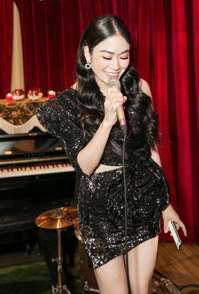 Hoa hậu Tuyết Nga đến sự kiện bằng xế hộp 12 tỷ, gây chú ý với đôi chân dài miên man - Ảnh 7.