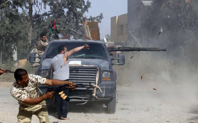 24h qua ảnh: Quân chính phủ Libya xả đạn như mưa vào quân nổi dậy