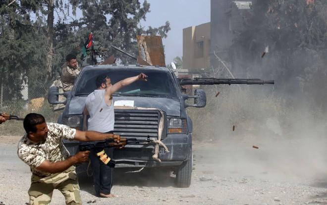 24h qua ảnh: Quân chính phủ Libya xả đạn như mưa vào quân nổi dậy - Ảnh 3.