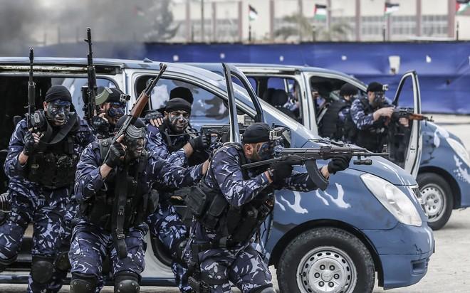 24h qua ảnh: Quân chính phủ Libya xả đạn như mưa vào quân nổi dậy - Ảnh 1.