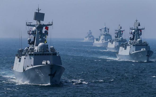 TQ rầm rộ diễu binh trên biển: Nỗi sợ 470 lần bị tấn công và lý do Mỹ cấm tiệt tàu chiến, sĩ quan tham gia