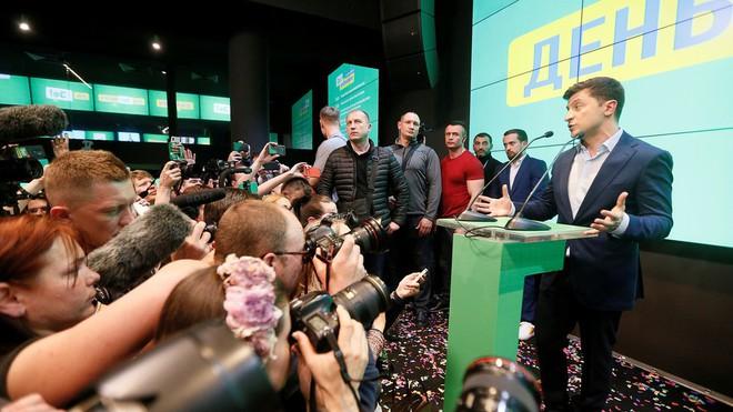 Chiến thắng áp đảo, danh hài Zelensky úp mở về giải pháp cho Donbass và tương lai của ông Poroshenko - Ảnh 2.