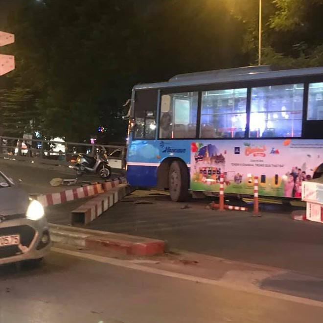 Clip: Xe buýt lao lên cầu vượt Thái Hà - Chùa Bộc, húc đổ cột giới hạn chiều cao  - Ảnh 3.