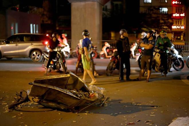 Ảnh: Hiện trường ô tô đâm liên hoàn khiến nữ lao công tử vong, nhiều người bị thương - Ảnh 7.