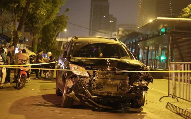 Ảnh: Hiện trường ô tô đâm liên hoàn khiến nữ lao công tử vong, nhiều người bị thương ở Hà Nội