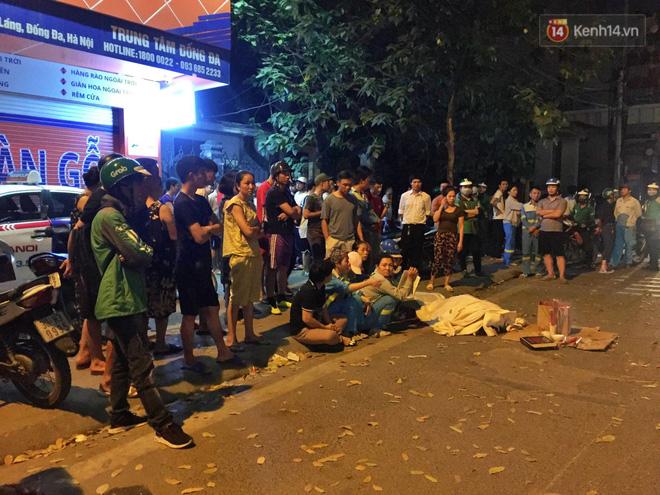 Hình ảnh đau xót: Con trai nữ công nhân môi trường gục khóc bên thi thể mẹ vụ ô tô tông liên hoàn ở Hà Nội - Ảnh 2.
