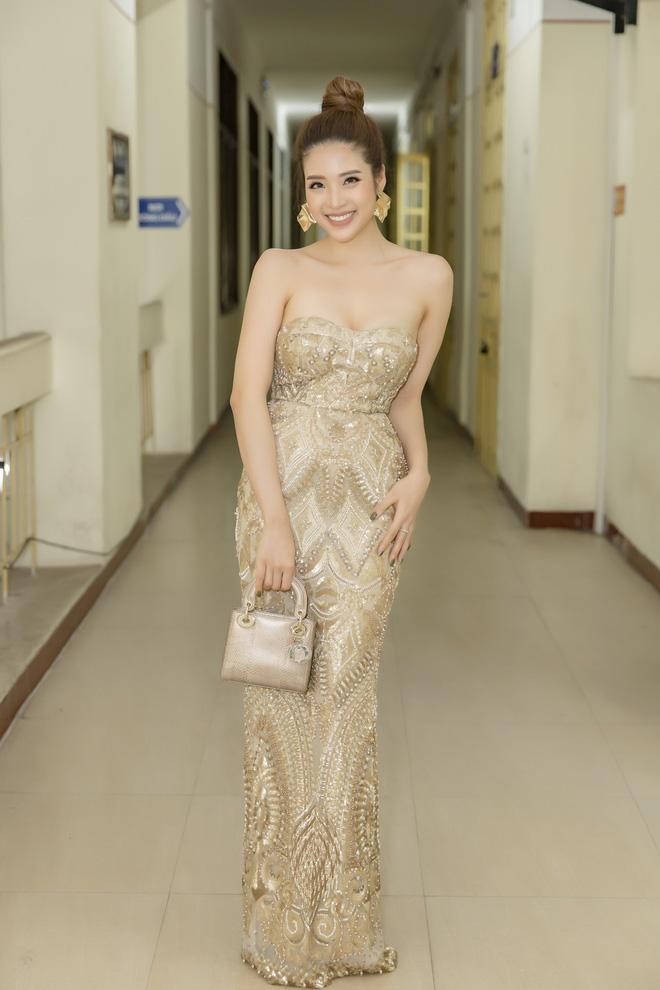Hoa hậu Phan Hoàng Thu khoe vai trần gợi cảm - Ảnh 1.
