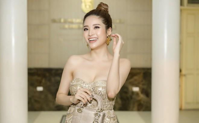 Hoa hậu Phan Hoàng Thu khoe vai trần gợi cảm