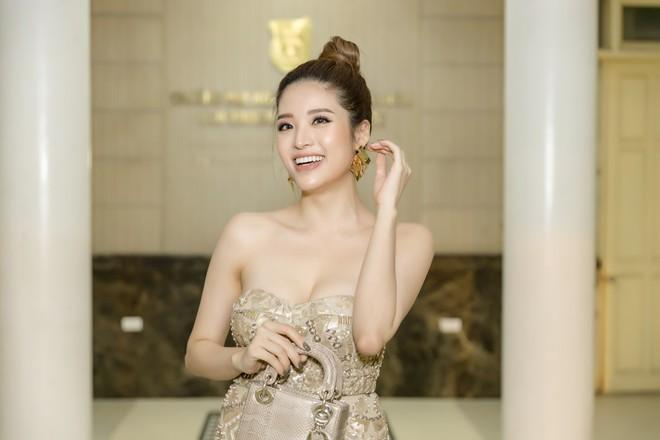 Hoa hậu Phan Hoàng Thu khoe vai trần gợi cảm - Ảnh 3.
