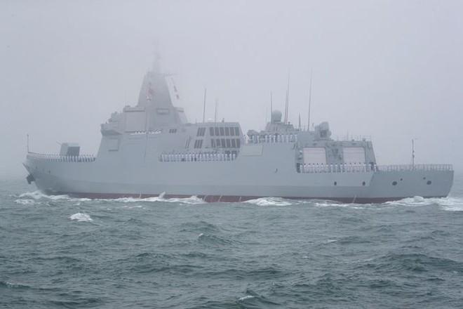Diễu binh hải quân, Trung Quốc khoe khu trục hạm mới nhất - Ảnh 2.