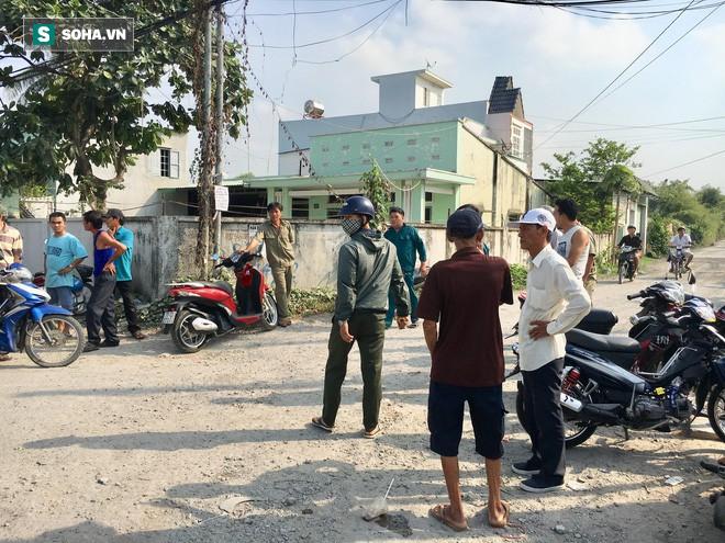 [Tường thuật từ hiện trường] Công an thu thập dấu vết dưới nền nhà vụ thảm sát 3 người trong một gia đình - Ảnh 16.