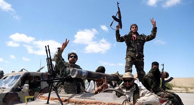 Phe Haftar bắn rơi máy bay, bắt đầu giai đoạn hai đánh Tripoli - Ảnh 1.