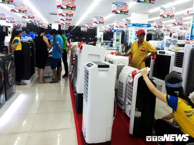 TP.HCM nắng nóng cực độ, thị trường điện lạnh được dịp hốt bạc - Ảnh 1.