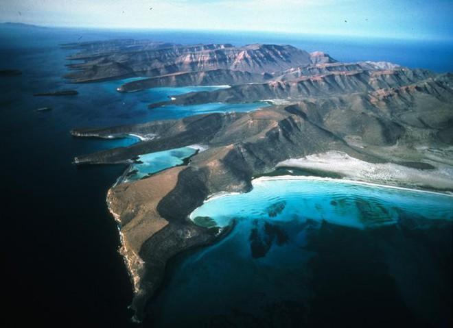 Tháp hồng soi bóng hồ gương dưới đáy biển: Kỳ quan tuyệt đẹp mới được tìm ra tại California - Ảnh 1.